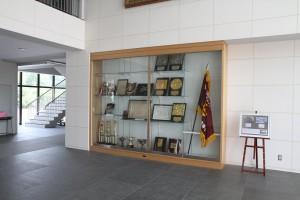 玄関ホールには活躍の歴史が飾られています。