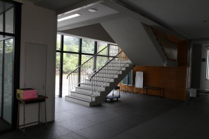 玄関すぐ左の階段、旧本館とまったく同じ構造です。