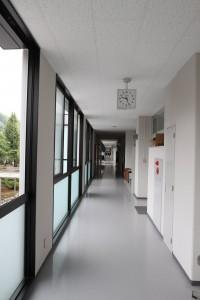 廊下はすこし幅が狭くなったようです。左側、窓の足元は曇りガラスです。