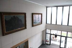 玄関ホールを見上げると海の絵・山の絵が飾られています。